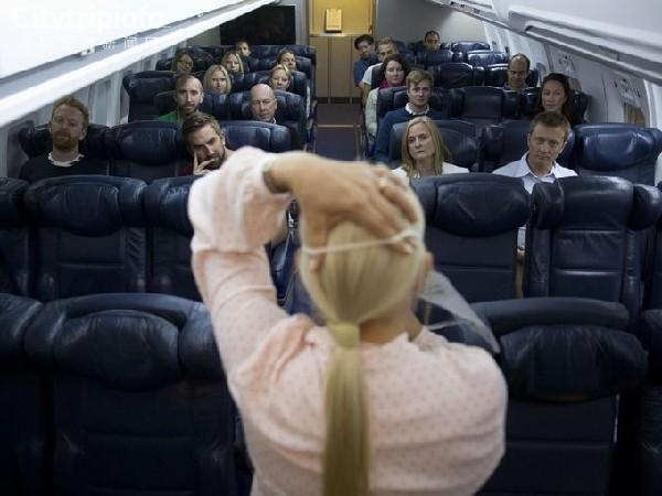 英航推出安全课程  模拟器内教乘客逃生