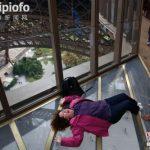 埃菲尔铁塔新建玻璃地板 可从高空俯瞰地面(图)