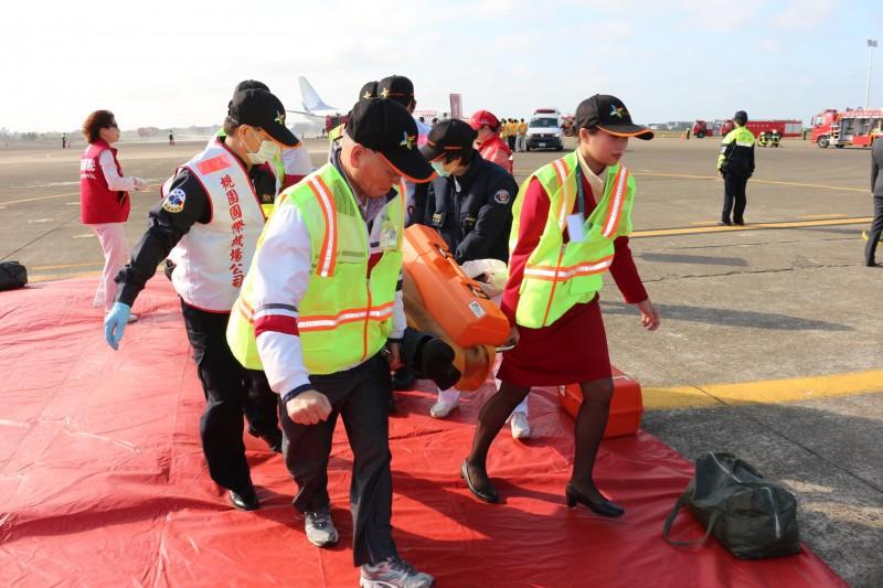 桃园机场空难演习 首度演练未受伤旅客及家属接待
