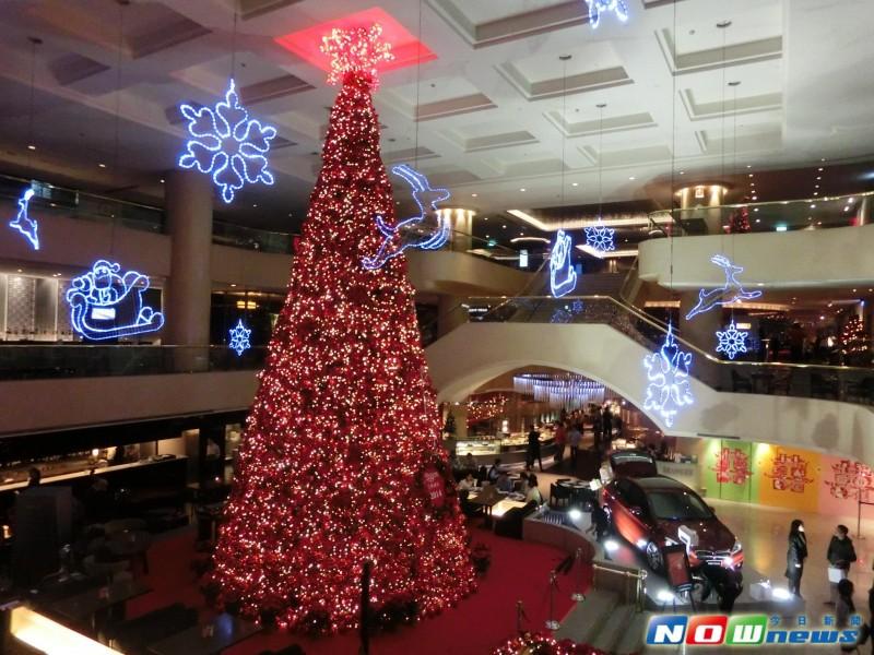《点亮百万圣诞树!没有雪橇 圣诞老公公偕女郎搭名车》