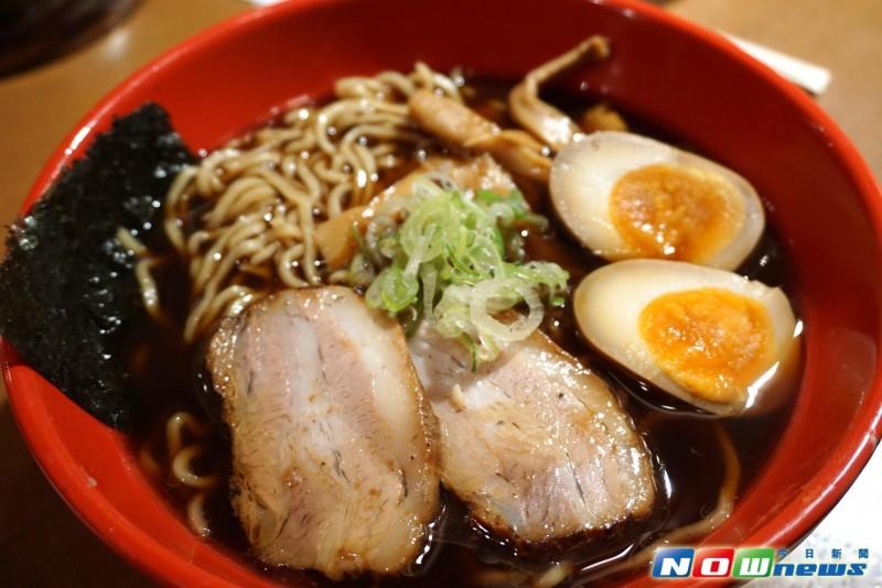 游日本|挑战舌尖味蕾!一碗黑汤 让爱面者「吃」狂