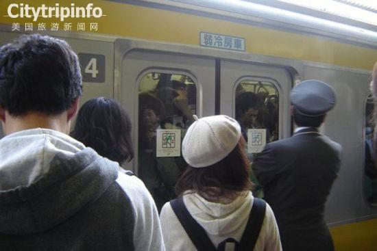 《日本东京地铁因乘客过多致车厢玻璃破裂(图)》