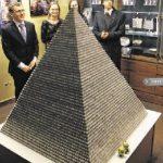 """立陶宛100万硬币 堆成""""金字塔""""破世界纪录"""
