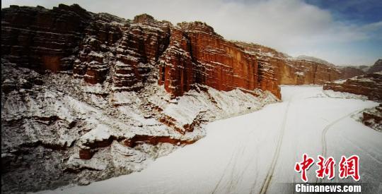 《自然奇观|新疆温宿大峡谷 雪后现丹霞地质壮美景色!》