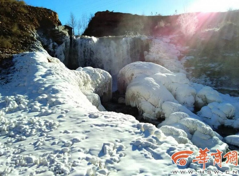 《自然奇观|陕西神木县现冰瀑奇观 冰挂晶莹剔透引围观》