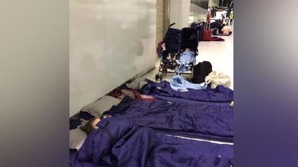 《澳航飞机出故障航班被延误 乘客被迫睡机场》