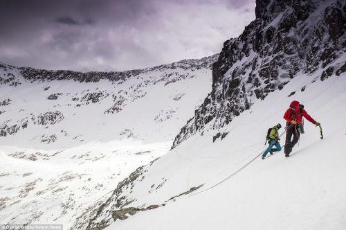 《极限人物|探险家在攀登英国最高峰 途中拍下奇美雪景!》