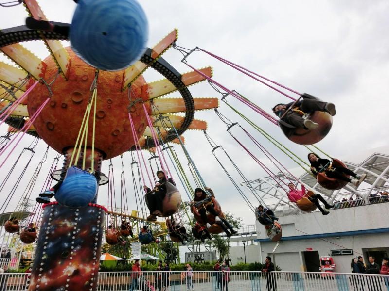 《尖叫伺候!儿童新乐园搞刺激 美国留学生也疯狂》