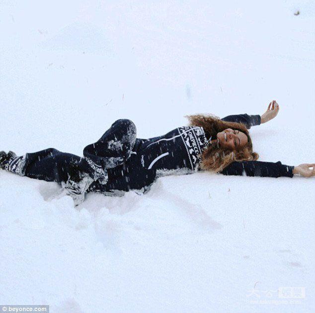 《性感出击 碧昂丝夫妻圣诞夜度假 性感温泉VS冰天雪山》