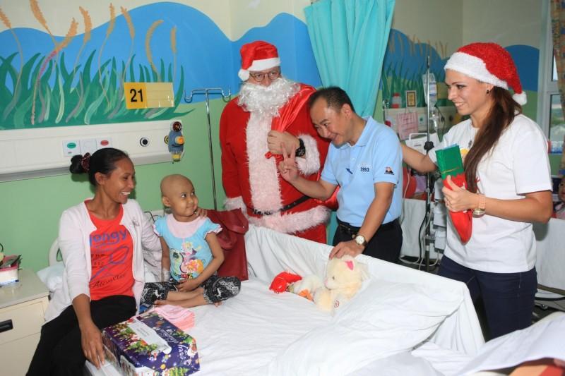 散播欢乐散播爱!丽星邮轮员工为癌童提早过圣诞