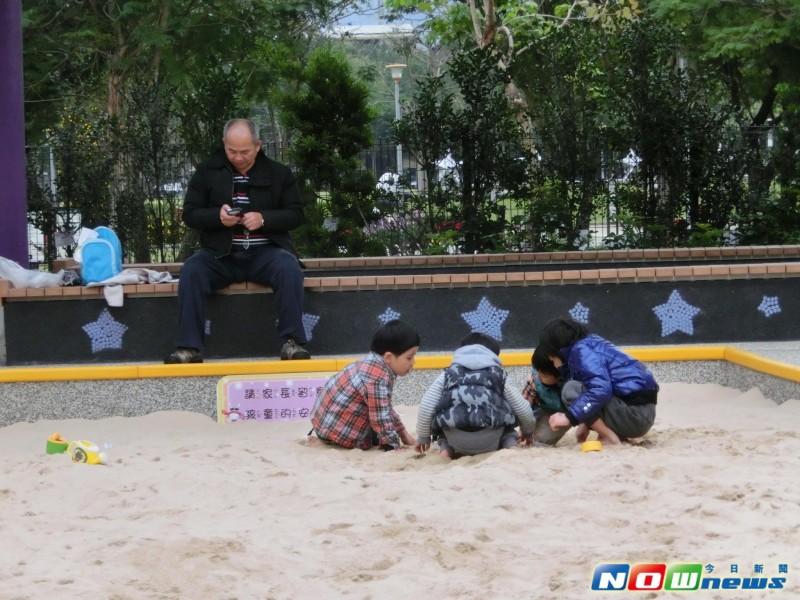 《超有毅力!低温也抢排队 请假来玩儿童新乐园》