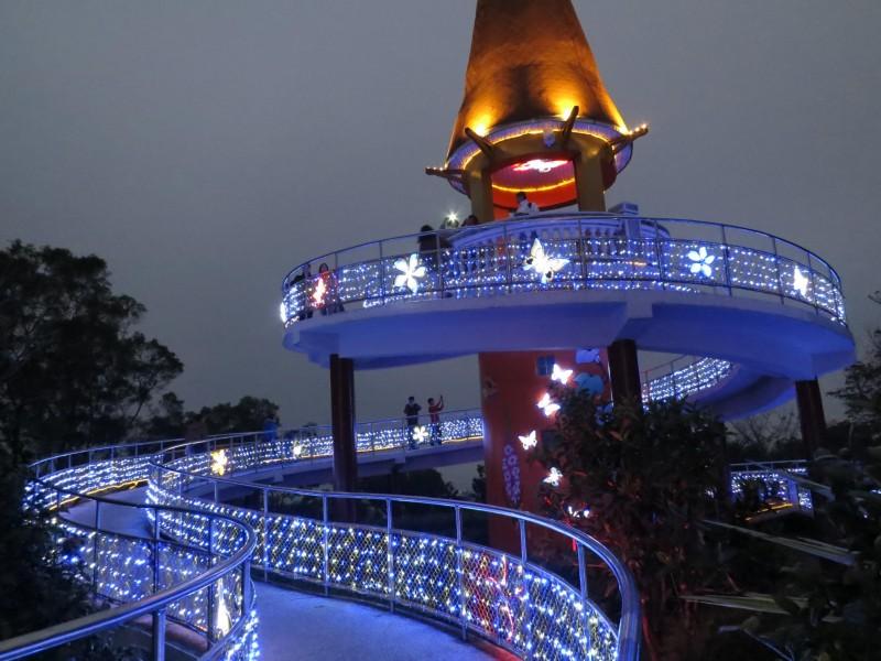 越夜越美丽!南投天空之桥换新装 蝴蝶光雕夜间闪烁