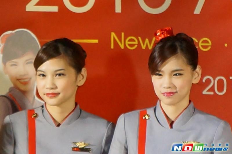 远东航空新空姐立牌 首见双胞胎空姐