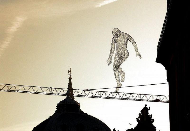 游世界|飞行! 艺术家创造「透明人」翱翔天际