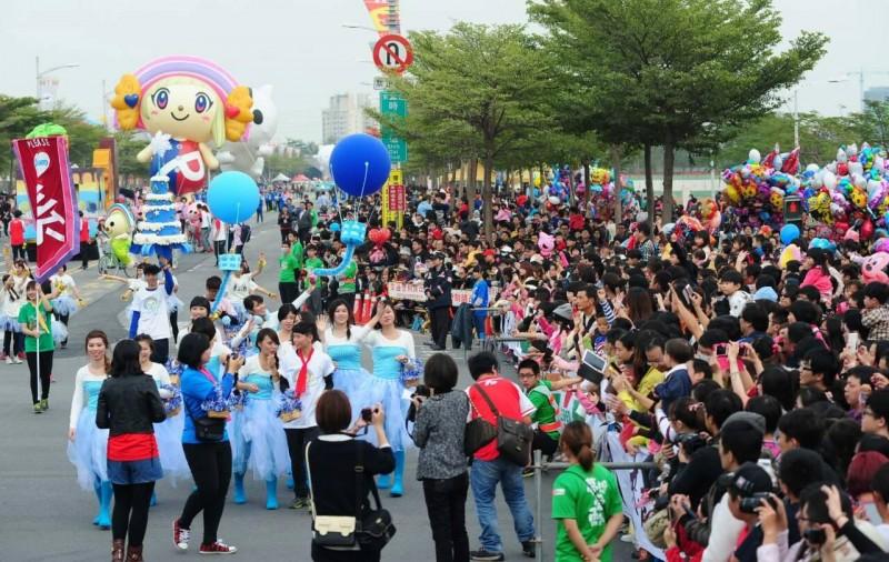 萌样上街!高雄巨型气球大游行 OPEN小将牵手凯蒂猫