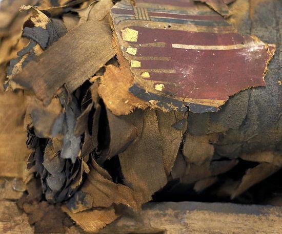 《2500年前古埃及石棺首见天日 木乃伊脚趾外露》
