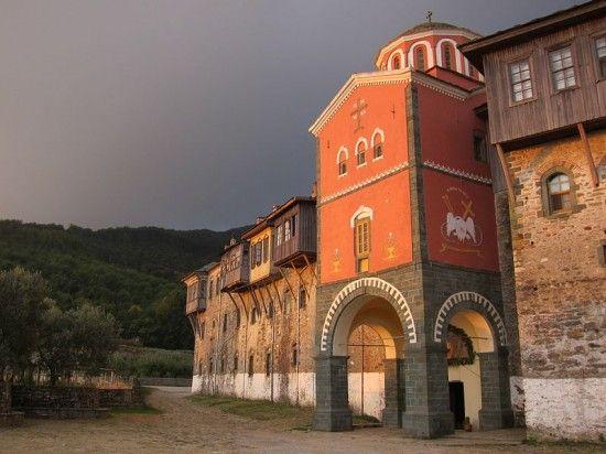 《希腊圣山修道院禁止女人和雌性动物入内遭质疑》