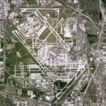 奥黑尔机场一飞机误入跑道险与起飞航班相撞
