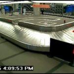 雷人!摇滚明星机场行李传送带上捣蛋被捕
