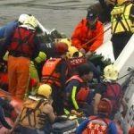 台湾复航班机坠河伤亡惨重 2具黑盒子寻获(图)