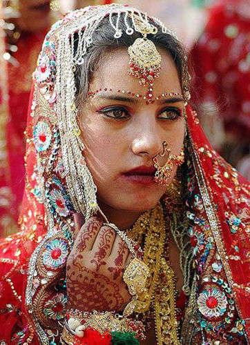 《利益熏心卖妻卖女 泯灭人性印度卖妻习俗》