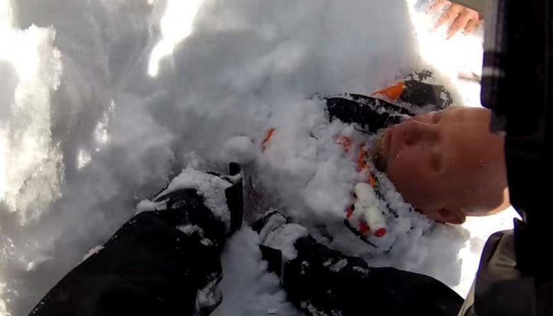 《美国男子登山遇雪崩被埋 摄像头记录惊险过程》