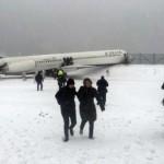 拉瓜迪亚飞机滑出跑道