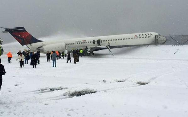 纽约拉瓜迪亚机场一客机滑出跑道险落水