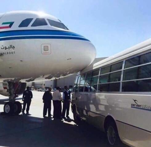 《科威特航空17年来首接新飞机 第三天就被撞》