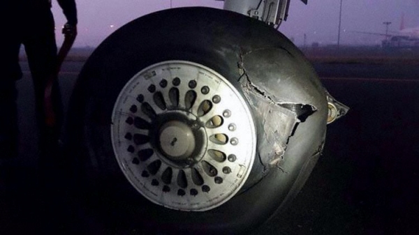 《印度客机着陆时轮胎爆裂 无人受伤》