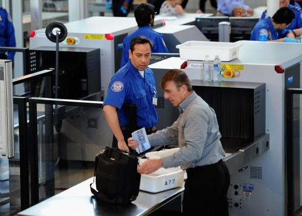 """《冷数据:美国机场安检口一年""""捡钱""""400多万》"""
