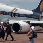 印度一客机降落时主起落架坍塌 发动机着地