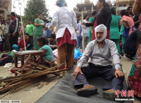 《尼泊尔地震已致597人遇难 珠峰雪崩部分人失联》