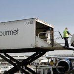 飞机清洁工不会说英语怎么办?那就别说话!