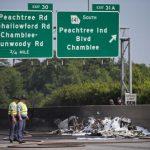 美一架小型飞机坠毁繁忙公路  4人遇难