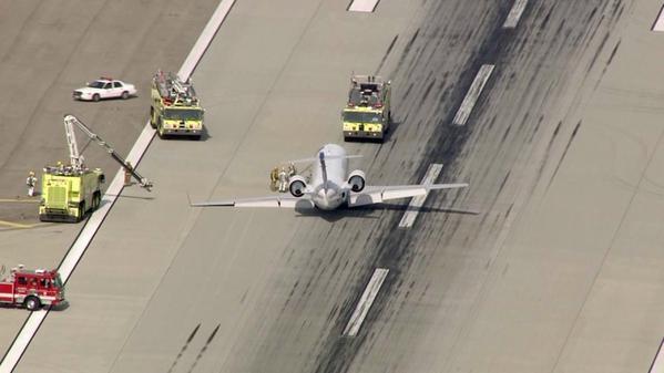 快讯:美国一客机起落架故障 惊险着陆