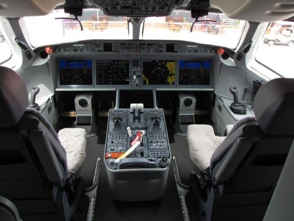 《庞巴迪C系列飞机高调亮相巴黎航展》