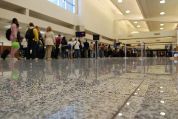 《TSA劣迹斑斑 机场安检满意度仍超八成》