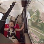 萌翻了!飞行员带4岁萌娃特技飞行