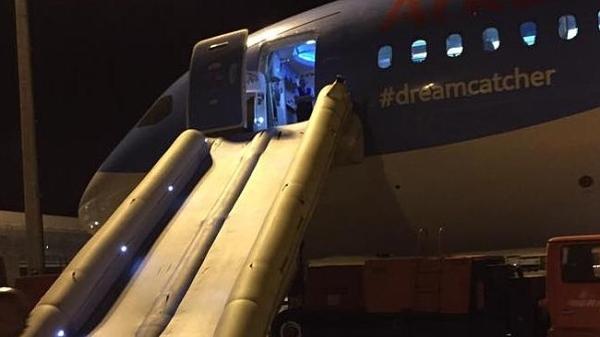 《荷兰一航空公司空乘忘解除预位 误放787滑梯》