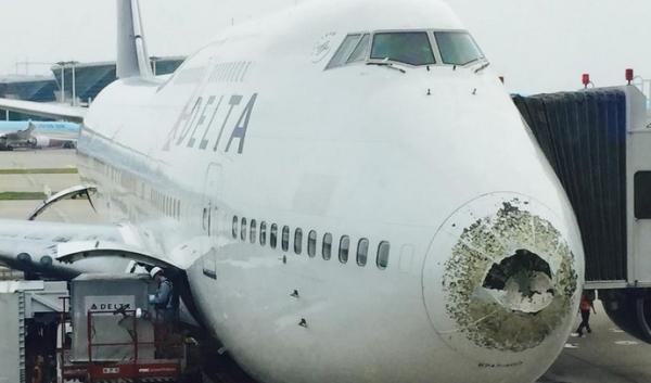 《达美航空747在中国领空遭冰雹袭击受损》