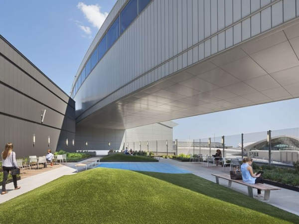 捷蓝航站楼顶开室外休息室 地方大旅客可遛狗