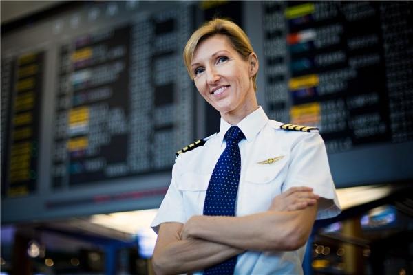 《绿叶丛中一点红 全球商业女飞行员比例仅3%》