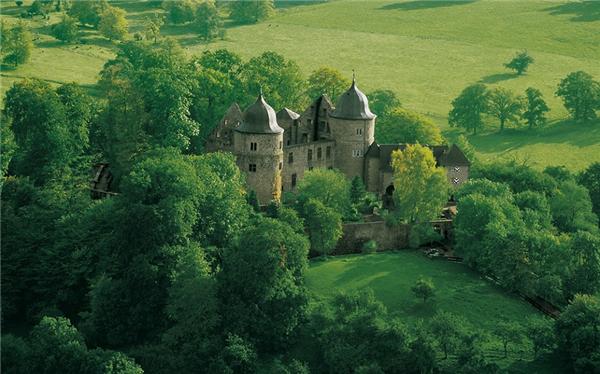 《公主病有救了 两百刀就能当一晚梦幻城堡的睡美人!》
