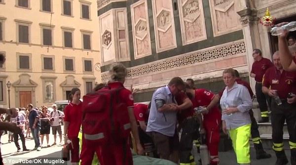 超重游客昏倒 10名消防员出动解救