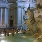 美游客为消暑跳入意大利历史遗迹喷泉(图)