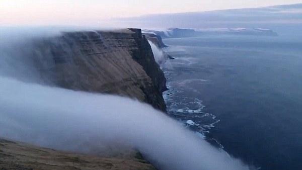 """《大自然的奇观!冰岛西部峡湾惊现""""雾瀑布""""》"""