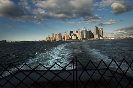 从往返史坦敦岛渡轮上回望曼哈顿。(Spencer Platt/Getty Images)