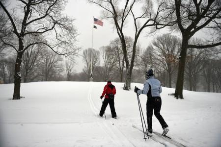 滑雪爱好者在纽约中央公园一显身手。(Astrid Riecken/Getty Images)