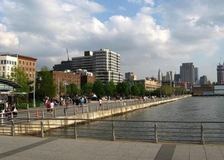 哈德逊河公园是沿着曼哈顿哈德逊河旁的水滨林荫大道,如果想跑步、散步、骑自行车,这里是不错的选择。(Wiki Commons)
